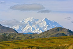 Alta montagna che compare sopra un Ridge Fotografia Stock