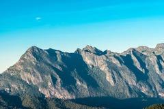 Alta montagna con cielo blu luminoso Immagini Stock