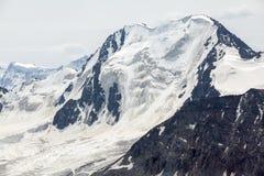 Alta montagna con il ghiacciaio. Il Kirghizistan Fotografia Stock