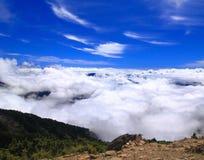 Alta montagna con il mare stupefacente della nube Fotografie Stock Libere da Diritti
