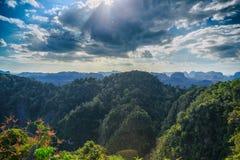 Alta montagna con il paesaggio del cielo della nuvola Immagini Stock