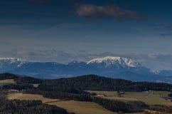 alta montagna con il paesaggio della neve Fotografia Stock Libera da Diritti