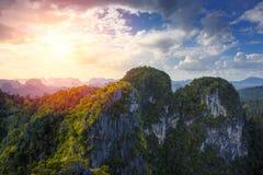 Alta montagna con il paesaggio soleggiato del cielo della nuvola Fotografie Stock Libere da Diritti