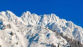 Alta montagna con l'incrocio della sommità sotto neve profonda nell'inverno Rauhhorn, Allgau, Baviera in Germania Immagini Stock