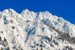 Alta montagna con l'incrocio della sommità sotto neve profonda nell'inverno Rauhhorn, Allgau, Baviera in Germania Fotografia Stock Libera da Diritti