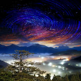 Alta montagna con la galassia Immagine Stock