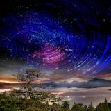 Alta montagna con la galassia Fotografia Stock Libera da Diritti
