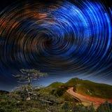 Alta montagna con la galassia Immagini Stock