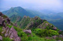 Alta montagna con la grande roccia al sud della Cina Fotografie Stock
