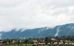 Alta montagna con la nebbia leggera Fotografia Stock