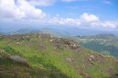Alta montagna con le grandi rocce al sud della Cina Immagini Stock