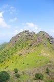 Alta montagna con le grandi rocce al sud della Cina Fotografie Stock Libere da Diritti