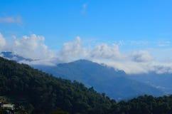 Alta montagna con le nuvole ed il cielo blu Immagini Stock Libere da Diritti
