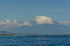 alta montagna con le nuvole in mare Fotografie Stock Libere da Diritti