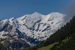 Alta montagna con neve Immagini Stock Libere da Diritti