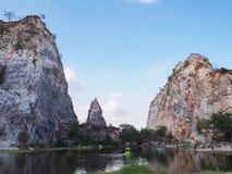 Alta montagna contro cielo blu al parco o a Thueak della roccia di Khao Ngoo Immagine Stock Libera da Diritti