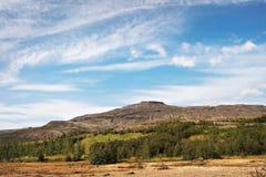 Alta montagna contro il cielo blu. Fotografia Stock Libera da Diritti