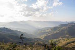 Alta montagna del paesaggio con il cielo soleggiato di estate Fotografia Stock