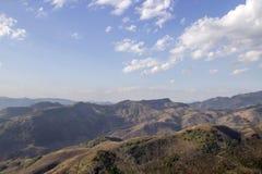 Alta montagna del paesaggio con il cielo soleggiato di estate Fotografia Stock Libera da Diritti