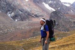 alta montagna del viaggiatore con zaino e sacco a pelo Fotografie Stock