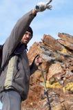 alta montagna del viaggiatore con zaino e sacco a pelo Fotografie Stock Libere da Diritti