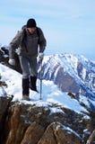 alta montagna del viaggiatore con zaino e sacco a pelo Immagine Stock