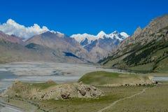 Alta montagna della neve e grande River Valley nella regione di Tian Shan Immagine Stock