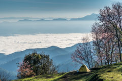 Alta montagna di Doi Luang con cielo blu luminoso Fotografia Stock