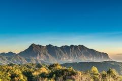 Alta montagna di Doi Luang con cielo blu luminoso Fotografie Stock Libere da Diritti