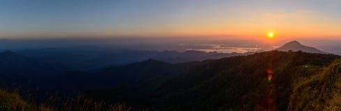 Alta montagna di panorama nel tempo di alba Fotografie Stock Libere da Diritti