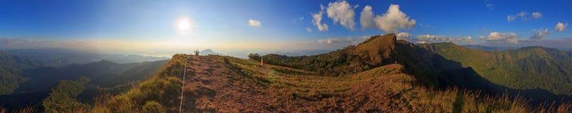 Alta montagna di panorama nel tempo di tramonto Immagine Stock