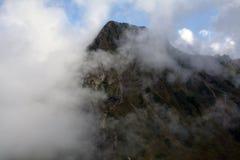 Alta montagna dietro la nuvola Fotografie Stock