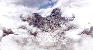 Alta montagna e bello picco Cielo nuvoloso Scali la montagna Immagini Stock