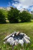 Alta montagna e fuoco di accampamento estinto in foresta Fotografia Stock Libera da Diritti