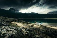 Alta montagna e lago al giorno nuvoloso Bello paesaggio della natura Immagine Stock Libera da Diritti