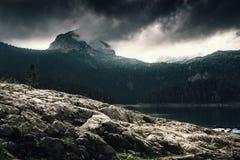 Alta montagna e lago al giorno nuvoloso Bello paesaggio della natura Fotografie Stock Libere da Diritti