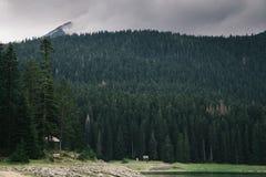 Alta montagna e lago al giorno nuvoloso Bello paesaggio della natura Fotografia Stock