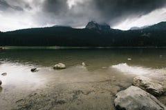 Alta montagna e lago al giorno nuvoloso Bello paesaggio della natura Immagini Stock Libere da Diritti
