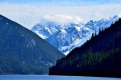 Alta montagna e lago grazioso Fotografia Stock Libera da Diritti