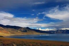 Alta montagna e lago Manasarovar Immagini Stock Libere da Diritti