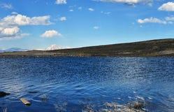 Alta montagna e lago Yibi Immagine Stock