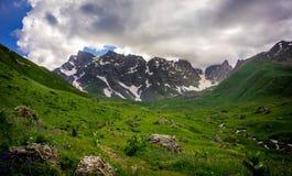 Alta montagna e un gruppo di viandanti Immagine Stock Libera da Diritti