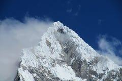 Alta montagna innevata pericolosa Immagine Stock