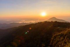Alta montagna nel tempo di tramonto Fotografie Stock