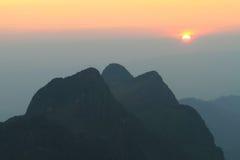 Alta montagna nel tempo di tramonto Immagine Stock
