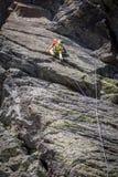 Alta montagna rampicante dell'uomo Fotografie Stock Libere da Diritti