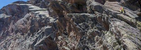 Alta montagna rampicante dell'uomo Immagine Stock