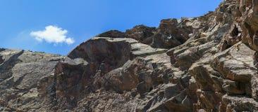 Alta montagna rampicante dell'uomo Immagini Stock