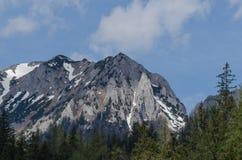 alta montagna rocciosa con neve Immagine Stock Libera da Diritti