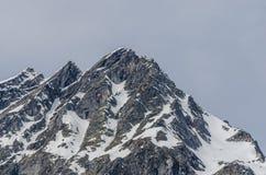 alta montagna rocciosa con neve Fotografia Stock Libera da Diritti
